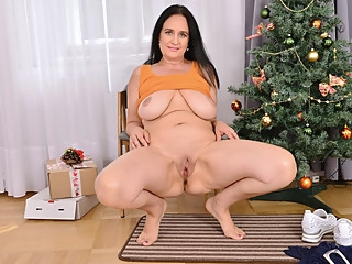 Mature mom Ria Black gives her pussy an Xmas treat bbw mature milf